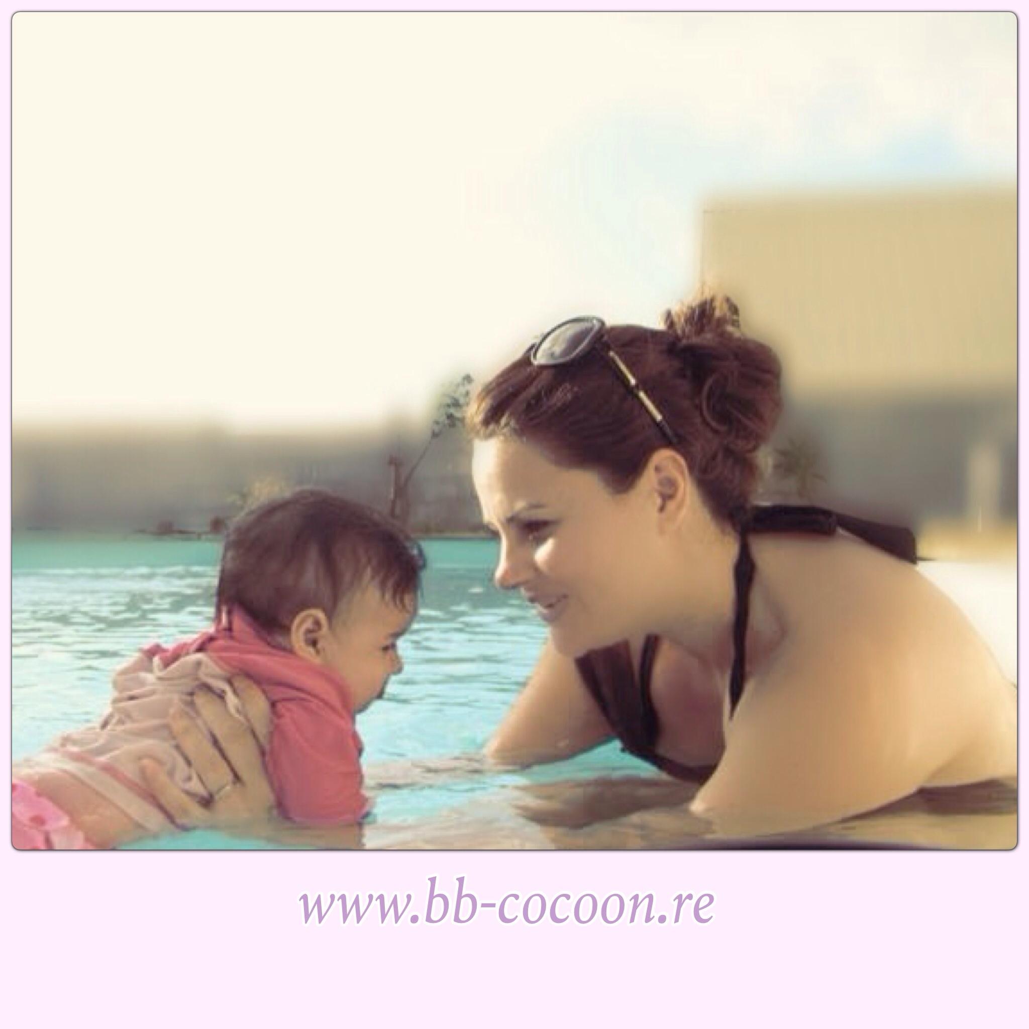 Une poussinette un peu effrayée et quand arrive le porte bébé, mademoiselle  retrouve le sourire et finit par se lâcher totalement dans l eau! b3c6a23e78d